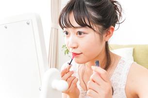 スキンケア・メイクをする若い女性の写真素材 [FYI04718426]