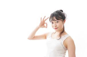 スキンケア・メイクをする若い女性の写真素材 [FYI04718431]