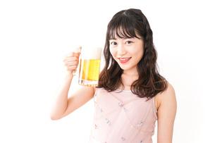 グラスを持ちビールを飲む若い女性の写真素材 [FYI04718435]