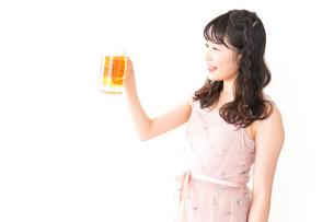 グラスを持ちビールを飲む若い女性の写真素材 [FYI04718443]