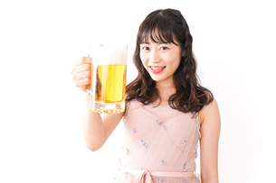 グラスを持ちビールを飲む若い女性の写真素材 [FYI04718444]