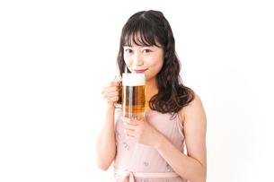 グラスを持ちビールを飲む若い女性の写真素材 [FYI04718447]