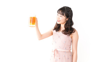 グラスを持ちビールを飲む若い女性の写真素材 [FYI04718449]