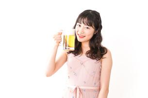 グラスを持ちビールを飲む若い女性の写真素材 [FYI04718451]