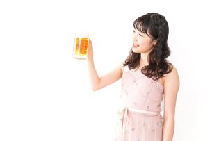 グラスを持ちビールを飲む若い女性の写真素材 [FYI04718452]