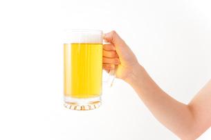 グラスを持ちビールを飲む若い女性の写真素材 [FYI04718463]