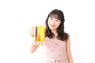 グラスを持ちビールを飲む若い女性の写真素材 [FYI04718465]