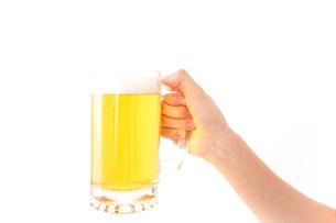 グラスを持ちビールを飲む若い女性の写真素材 [FYI04718467]