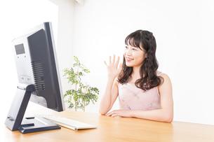 ビデオチャット・テレビ会議・ライブ配信をする若い女性の写真素材 [FYI04718478]