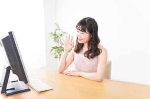 ビデオチャット・テレビ会議・ライブ配信をする若い女性の写真素材 [FYI04718482]