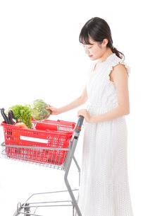 スーパーで買い物をする若い女性の写真素材 [FYI04718507]