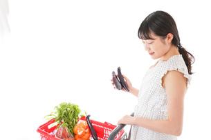 スーパーで買い物をする若い女性の写真素材 [FYI04718510]