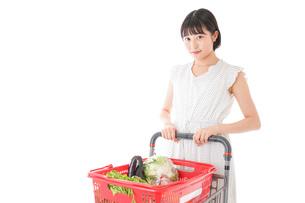 スーパーで買い物をする若い女性の写真素材 [FYI04718530]