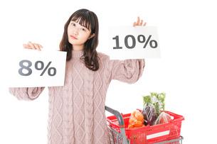 消費税増税・ショッピングイメージの写真素材 [FYI04718536]
