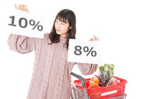 消費税増税・ショッピングイメージの写真素材 [FYI04718537]