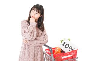消費税増税・ショッピングイメージの写真素材 [FYI04718538]