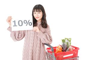 消費税増税・ショッピングイメージの写真素材 [FYI04718540]