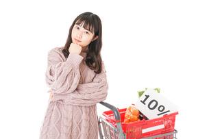 消費税増税・ショッピングイメージの写真素材 [FYI04718542]