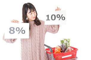 消費税増税・ショッピングイメージの写真素材 [FYI04718543]