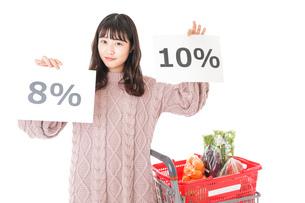 消費税増税・ショッピングイメージの写真素材 [FYI04718544]