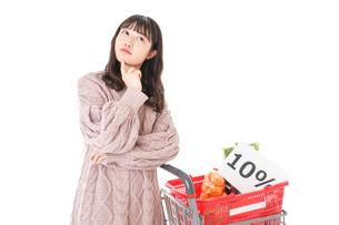 消費税増税・ショッピングイメージの写真素材 [FYI04718551]