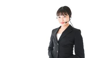 若い女性オペレーター・同時通訳イメージの写真素材 [FYI04718552]