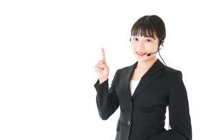若い女性オペレーター・同時通訳イメージの写真素材 [FYI04718557]
