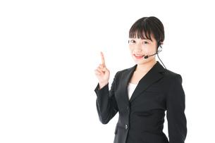 若い女性オペレーター・同時通訳イメージの写真素材 [FYI04718558]