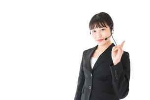 若い女性オペレーター・同時通訳イメージの写真素材 [FYI04718563]