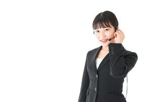 若い女性オペレーター・同時通訳イメージの写真素材 [FYI04718566]