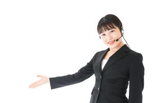 若い女性オペレーター・同時通訳イメージの写真素材 [FYI04718567]