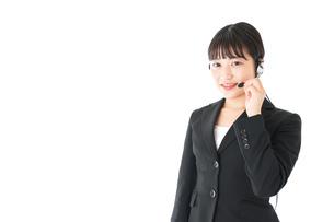 若い女性オペレーター・同時通訳イメージの写真素材 [FYI04718568]