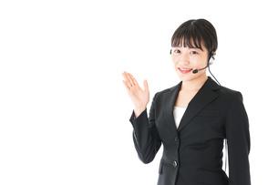 若い女性オペレーター・同時通訳イメージの写真素材 [FYI04718575]