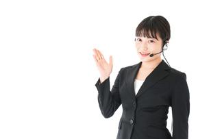 若い女性オペレーター・同時通訳イメージの写真素材 [FYI04718576]