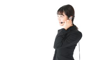 若い女性オペレーター・同時通訳イメージの写真素材 [FYI04718579]