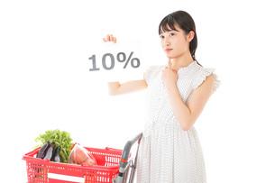 消費税増税・ショッピングイメージの写真素材 [FYI04718592]