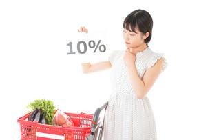 消費税増税・ショッピングイメージの写真素材 [FYI04718596]