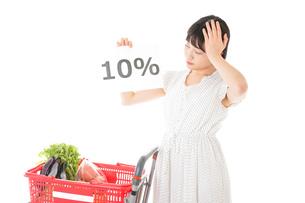 消費税増税・ショッピングイメージの写真素材 [FYI04718597]
