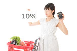 消費税増税・ショッピングイメージの写真素材 [FYI04718600]