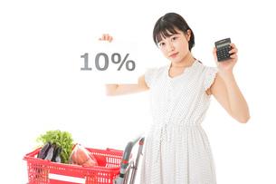 消費税増税・ショッピングイメージの写真素材 [FYI04718601]