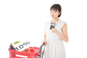 消費税増税・ショッピングイメージの写真素材 [FYI04718605]