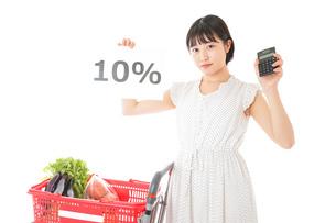 消費税増税・ショッピングイメージの写真素材 [FYI04718608]