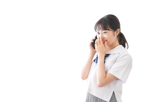 スマホを使う学生の写真素材 [FYI04718619]
