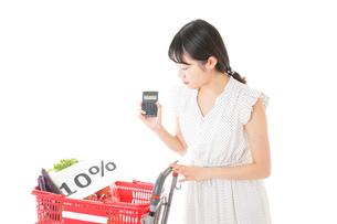 消費税増税・ショッピングイメージの写真素材 [FYI04718620]
