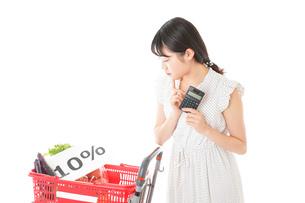 消費税増税・ショッピングイメージの写真素材 [FYI04718621]