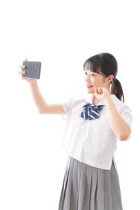 スマホを使う学生の写真素材 [FYI04718633]