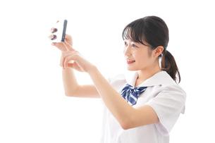 スマホを使う学生の写真素材 [FYI04718638]