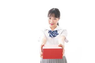 プレゼントを渡す学生の写真素材 [FYI04718652]