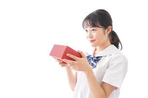 プレゼントを渡す学生の写真素材 [FYI04718656]