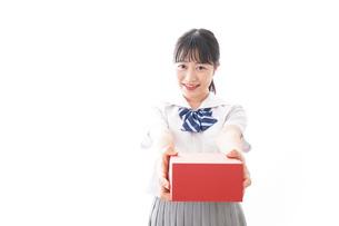プレゼントを渡す学生の写真素材 [FYI04718659]